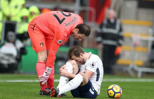Tiền đạo của Tottenham gục đầu đau đớn. Ảnh:AFP.