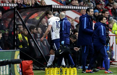 Kane được rời sân ngay lập tức để tiến hành kiểm tra. Ảnh:AFP.