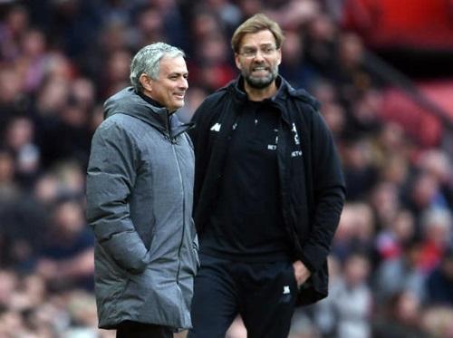 Mourinho đứng cạnh Klopp trong trận derby nước Anh hôm 10/3. Ảnh: Reuters.