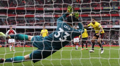 Cech góp công lớn trong chiến thắng Watford tối 11/3 khi cản phá thành công quả phạt đền của Deeney. Ảnh: PA.