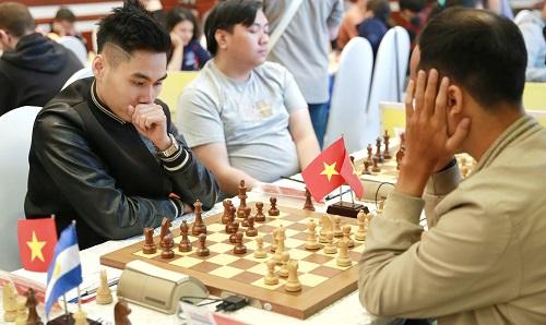 Tuấn Minh (trái) là kỷ thủ Việt Nam duy nhất toàn thắng ba ván đầu HDBank Masters 2018.