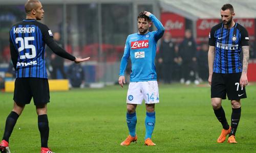 Napoli của Mertens (giữa)đang hụt hơi trên đường đua scudetto mà họ vốn dẫn trước Juventus trong một thời gian dài mùa này. Ảnh: Photo Moscow.