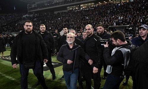 Savvidis lao vào sân để chất vấn trọng tài. Ảnh: AFP.