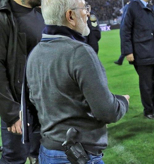 Khẩu súng được giắt ở thắt lưng củaSavvidis. Ảnh: Reuters.