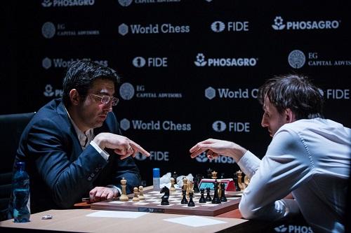 Grischuk (phải) sau ván đầu thua Kramnik. Ảnh: Chess.com.