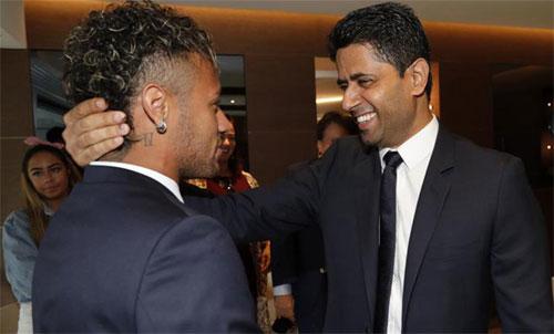 Chủ tịch Al Khelaifi (phải) từng rất tự hào về việc nẫng Neymar từ tay Barca.