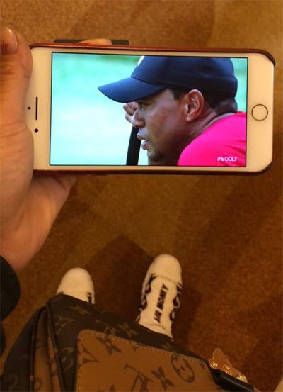 Hoa hậu làng golf Michelle Wie chia sẻ ảnh cô bật điện thoại xem trực tiếp, ủng hộ Tiger Woods.