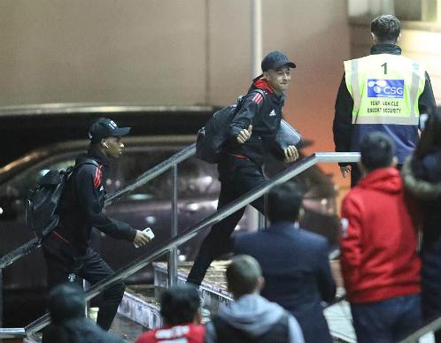Rashford và Lingard bước vào khách sạn Lowry.