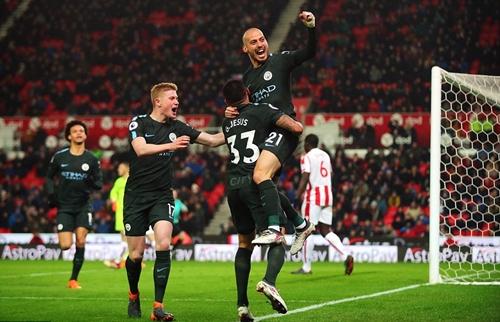 Silva tỏa sáng với cú đúp vào lưới Stoke. Ảnh: PA.