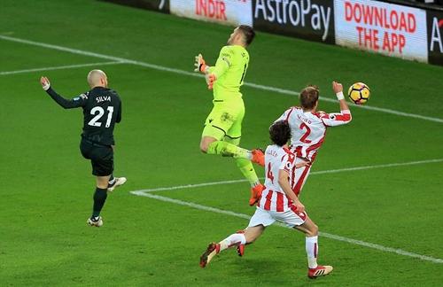 Tình huống ấn định chiến thắng 2-0 của David Silva. Ảnh: Reuters.