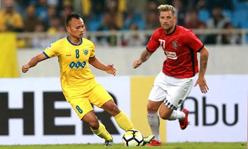 Thanh Hoá (áo vàng) bỡ lỡ cơ hội lên nhì bảng khi để đội khách Bali United cầm chân. Ảnh: Ngọc Dung.