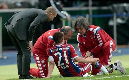 Guardiola vàMuller-Wohlfahrt xem xét ca chấn thương của Lahm. Ảnh:AFP.