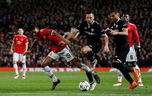 Sevilla đã không cho các tiền đạo Man Utd tiếp cận vòng 16m50. Ảnh:Reuters.