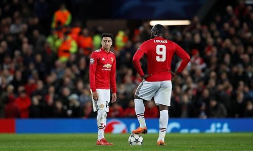 Lingard và Lukaku thẫn thờ khi nhận hai bàn thua chóng vánh. Ảnh: Reuters.