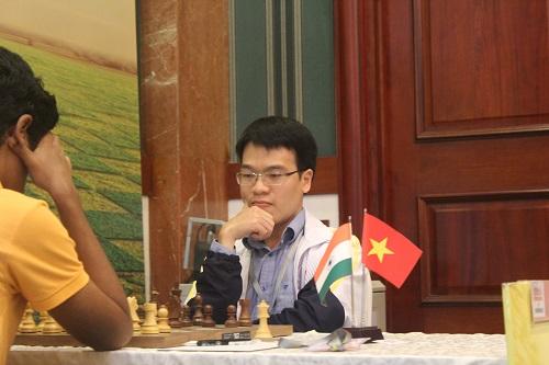 Quang Liêm thua Karthikeyan ở ván tám, mất cơ hội bảo vệ ngôi vương.