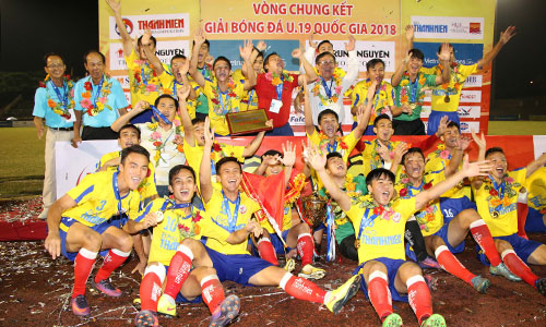 Đồng Tháp bất ngờ vượt qua những ứng viên nặng ký như HAGL, SLNA; Viettel, Hà Nội để lên ngôi vô địch U19 quốc gia. Ảnh: AZong.