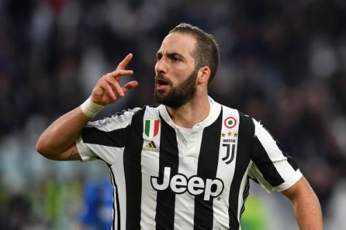 Higuain giúp Juventus tiếp tục theo đuổi giấc mơ ăn ba mùa này. Ảnh:AFP.