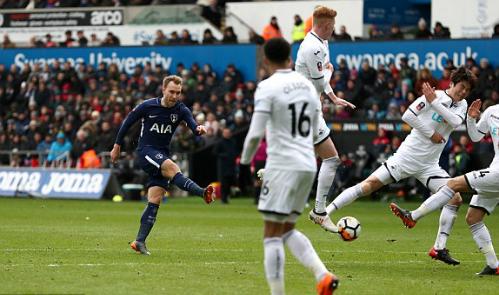 Eriksen dứt điểm ghi bàn ấn định tỷ số 3-0. Ảnh:AFP.