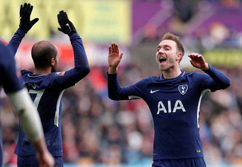 Tiền vệ người Đan Mạch chia vui với cầu thủ kiến tạo bàn thắng là Lucas. Ảnh:Reuters.