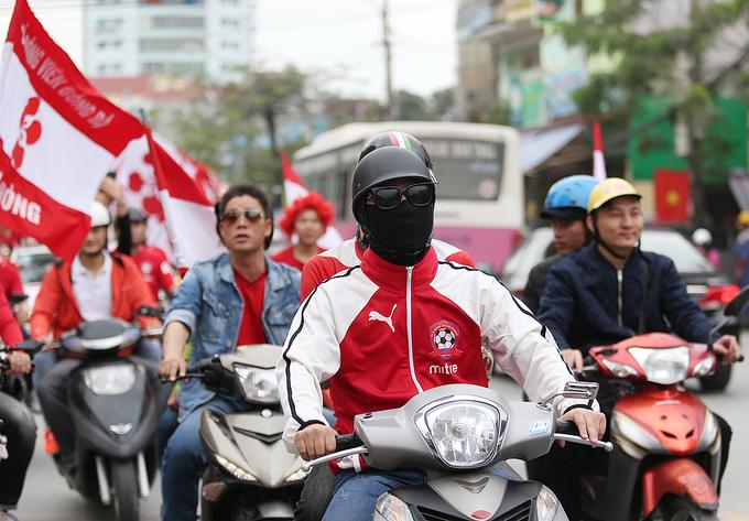 HLV Park Hang-seo diễu hành cùng CĐV Hải Phòng trước trận gặp HAGL