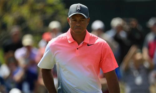 Tiger Woods cần 27 cú gạt để hoàn tất 18 hố tại vòng hai Arnold Palmer Invitational.