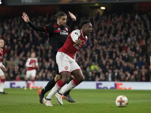 Pha bóng mả Welbeck được cho là đã ăn vạ, dẫn đến bàn gỡ quan trọng cho Arsenal.