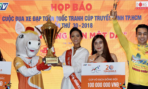 Hoa hậu HHen Niê giới thiệu Cup vô địch cho đội đoạt hạng cao nhất. Ảnh: Quang Trực.