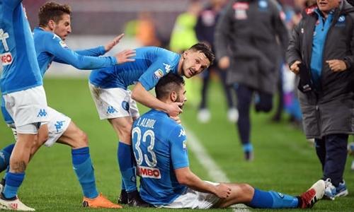 Albiol mừng bàn thắng vào lưới Genoa. Ảnh: Reuters.