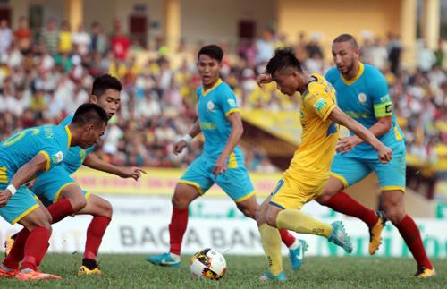 Văn Đức kém duyên ghi bàn khiến SLNA khởi đầu V-League bằng một thất bại.