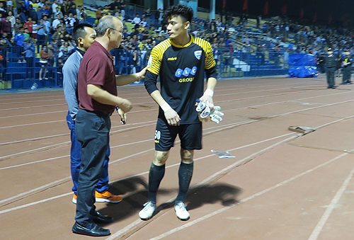HLV Park Hang-seo xuống sân nói chuyện với Tiến Dũng sau trận đấu giữa Thanh Hoá và TP HCM chiều 18/3. Ảnh: Quang Minh