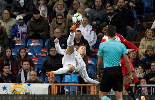 Ronaldo trở thành ác mộng đối với hàng thủ Girona.