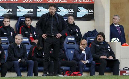 Simeone không thể tin nổi vào kết cục thua ngược của Atletico. Ảnh: Marca