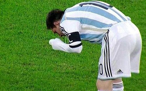 Hình ảnh khiến nhiều người yêu mến Messi lo lắng.