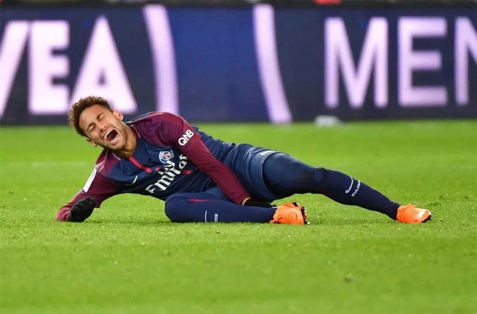 Neymar chống nạng tới dự sinh nhật em gái