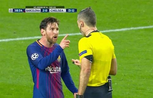 Messi chỉ tay vào trọng tài trong trận Barca thắng Chelsea.