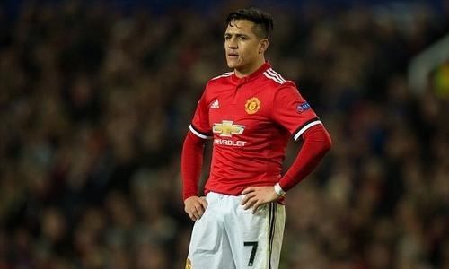 Sanchez ngồi ăn riêng, bị đồng đội cô lập