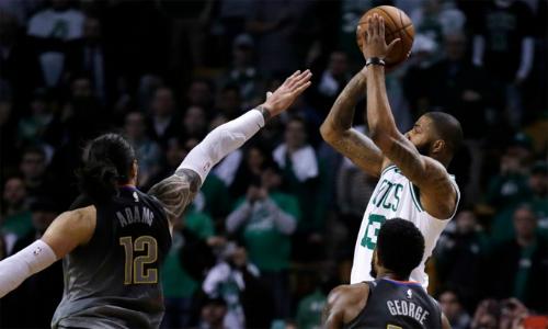 Cú ném quyết định của Morris (trắng) đưa Celtics đến chiến thắng.