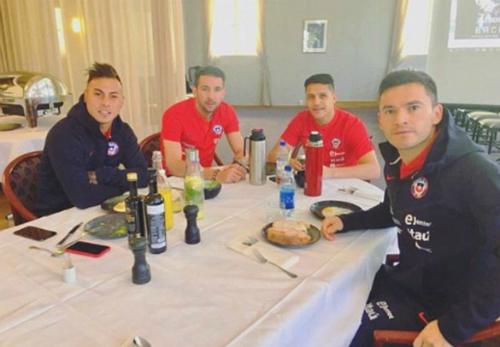 Sanchez ngồi ăn cùng các đồng đội tại tuyển Chile. Ảnh:Instagram.
