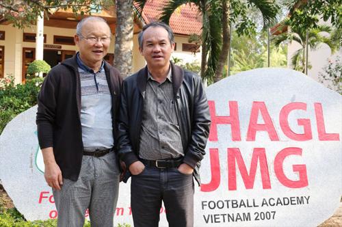 Bầu Đức (phải) tuyên bố sẽ bỏ bóng đá, đồng nghĩa với việc giải tán CLB HAGL, nếu ông Trần Anh Tú trúng cử vị trí phó Chủ tịch phụ trách tài chính của VFF khóa VIII (2018-2022).