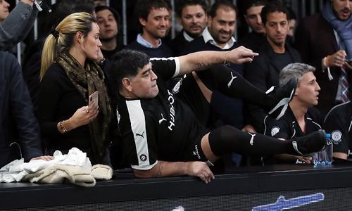 Maradona 'ngứa nghề', trèo vào sân so tài với các huyền thoại