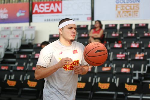 Việt Arnold sinh năm 1990 tại Mỹ, anh trở về Việt Nam thi đấu bóng rổ chuyên nghiệp từ năm 2014.