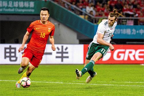 Bale (phải) lập hat-trick trong trận Wales thắng Trung Quốc 6-0 tối 22/3. Ảnh: Reuters
