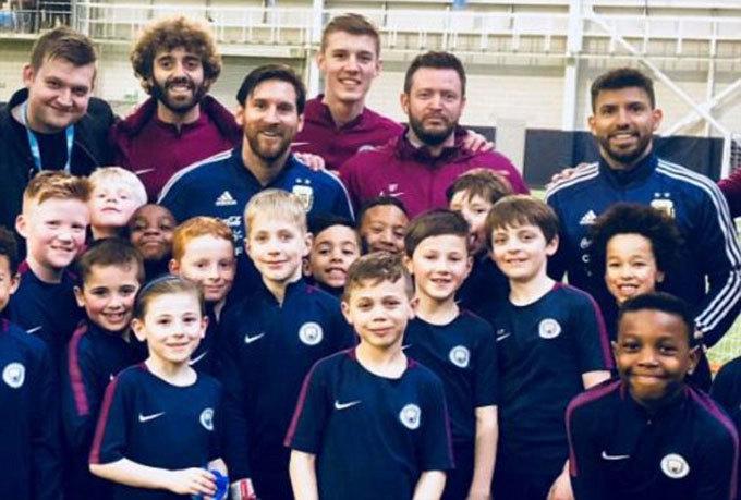 Messi giao lưu với các cầu thủ nhí Man City