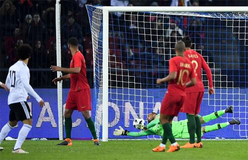 Thủ môn Beto không kịp đổ người ngăn bàn thua của Bồ Đào Nha.