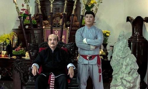 Võ sư Nam Anh Tuấn (phải) bên cạnh sư phụ, đại sư Nam Anh. Ảnh: Facebook.