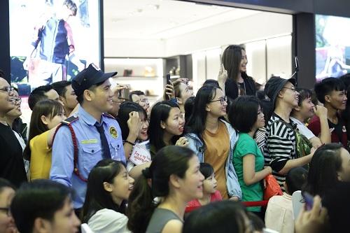 Tiến Dũng, Quang Hải bị fan nữ vây quanh tại TP HCM - page 3 - 8