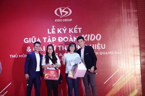 Ngoài gặp gỡ, giao lưu cùng người hâm mộ, bộ đôi U23 Việt Nam trao tặng các phần quà cho các fan may mắn.