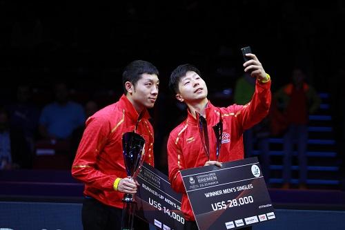 Hứa Hân (trái) và Mã Long với phần thưởng 14.000 đôla và 28.000 đôla. Ảnh: ITTF.