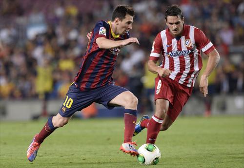 Koke bám theo Messi trong một trận đấu giữa Atletico và Barca. Ảnh:Reuters