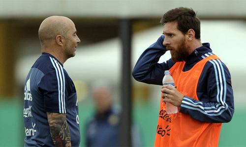 Sampaoli cho rằng bản thân học được ở Messi nhiều hơn là chỉ dạy thêm cho ngôi sao Barca. Ảnh: AP.